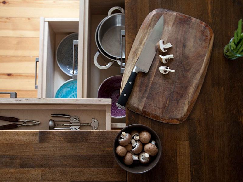 robuste Küchenmöbel aus naturbelassenen Oberflächen